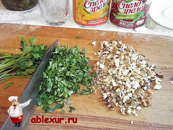 измельченная петрушка и грецкие орехи