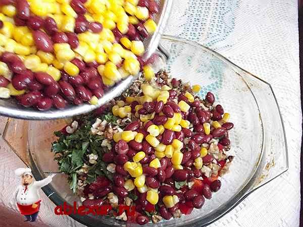 всыпаю красную фасоль и кукурузу в салат