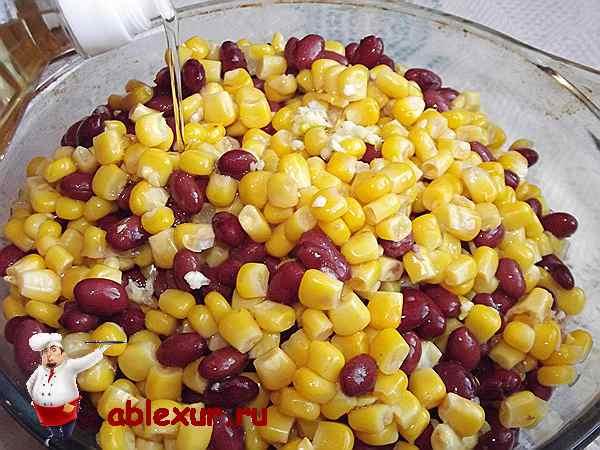 заправляю растительным маслом салат с кукурузой и фасолью