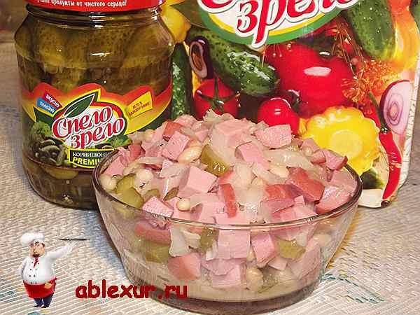 немецкий салат с консервированной фасолью и колбасой