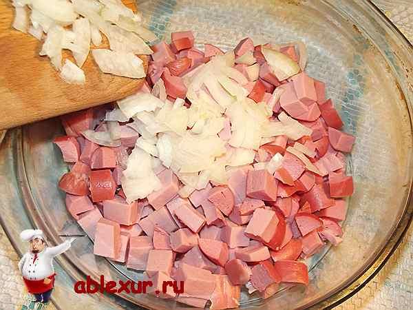 добавляю к колбасе с сосисками репчатый лук
