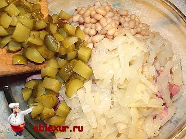 добавляю маринованный огурец и тушенную капусту в салат