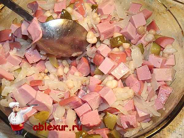 перемешиваю салат с фасолью и колбасой
