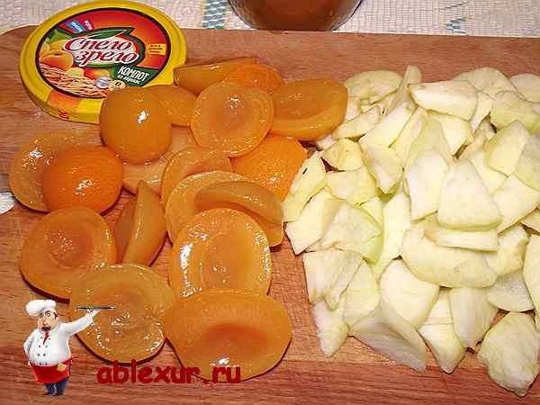 разрезанные абрикосы и яблоки для соте
