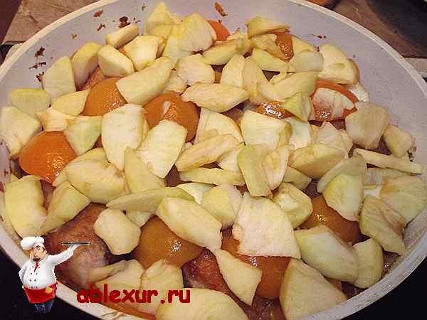 добавляю яблоки в сотейник с курицей