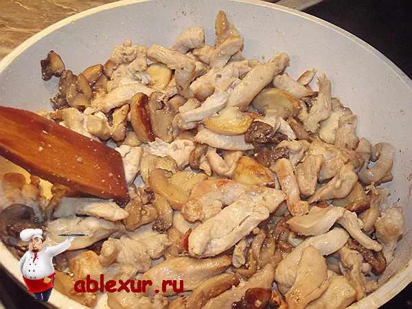 обжариваю грибы с курицей для жульена