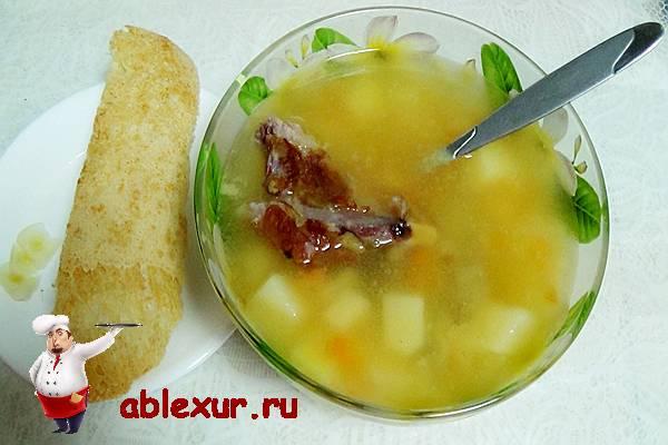 вкусный гороховый суп с копченостями и корочкой хлеба