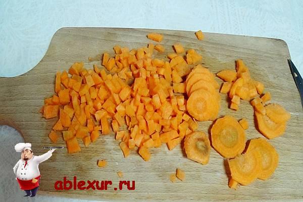 нарезанная кубиками морковь для горохового супа