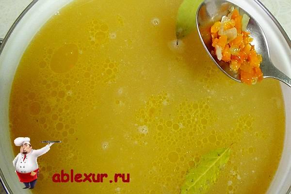 добавить в гороховый суп поджаренный лук и морковь