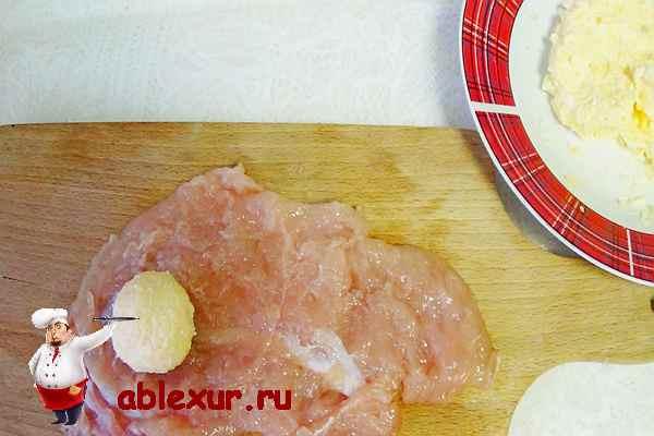 заворачиваю начинку в куриное филе