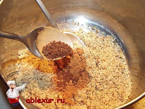 добавляю в грецкие орехи молотою гвоздику