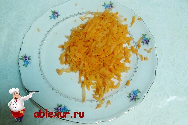 натираем на крупной терке морковку для пельменей
