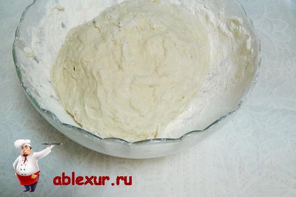 замешиваю тесто для пельменей в миске