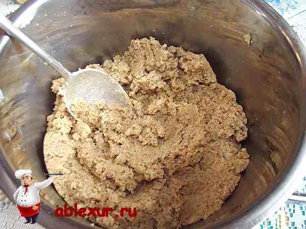 перемешиваю сухари с маслом и сахаром