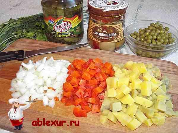 нарезанные кубиками овощи для винегрета