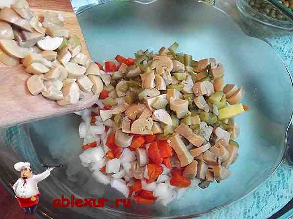 всыпаю огурцы и грибы в овощи нарезанные кубиками