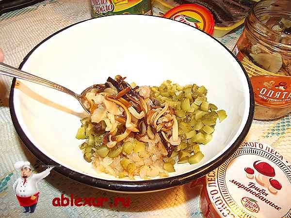 кладу в начинку с огурцами грибы
