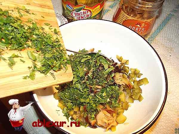 добавляю в начинку с грибами рубленную зелень