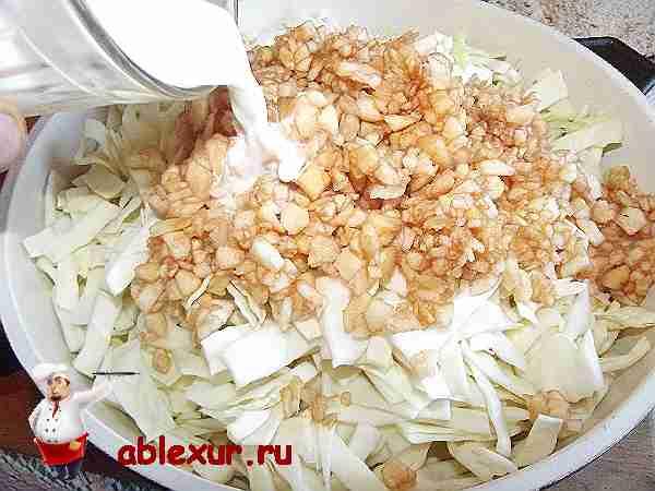 добавляю яблоки в котлеты и вливаю молоко
