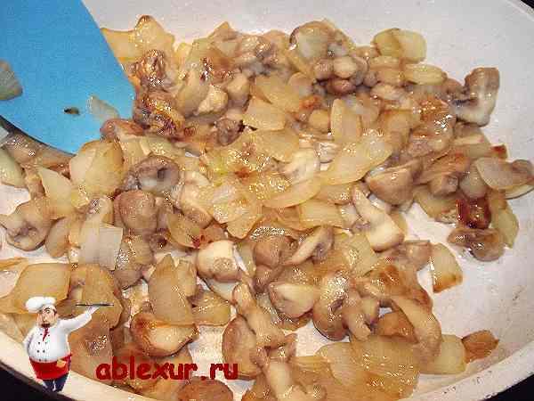 обжариваю грибы и лук для котлетного фарша из гречки