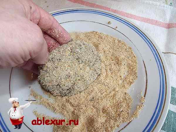 обваливаю котлеты с гречкой и грибами в сухарях