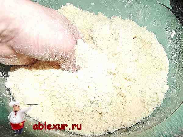 перемешиваю рукой маргарин вместе с мукой
