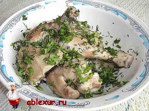 куски вареной курицы перемешанные с зеленью