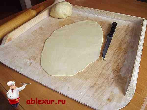раскатанное тесто приготовленное для заворачивания курицы