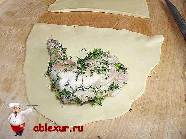 кусок курицы на раскатанном тесте