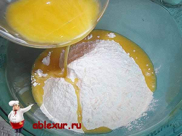 Влитая растопленный маргарин в три стакана муки