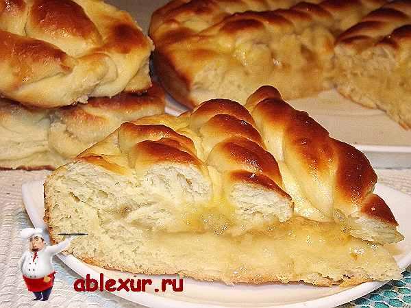 вкусный пирог с повидлом и сахарными булочками