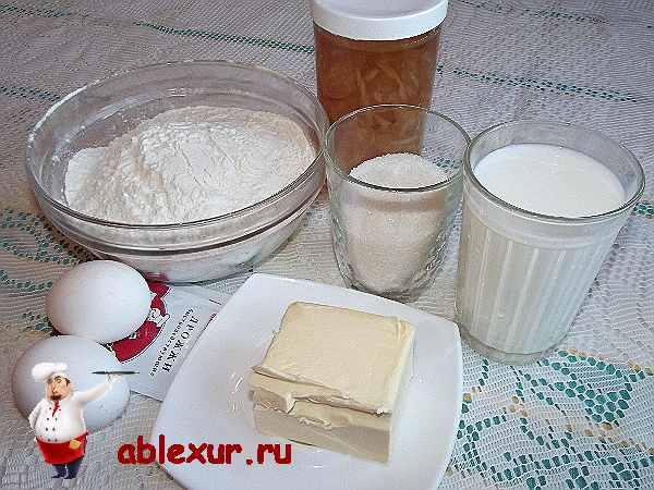 продукты для пирога с повидлом, два яйца, мука, сахар, повидло, маргарин, дрожжи
