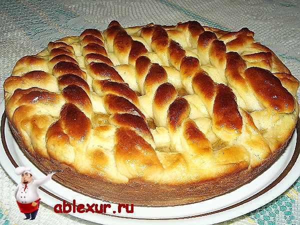 открытый пирог с джемом на тарелочке