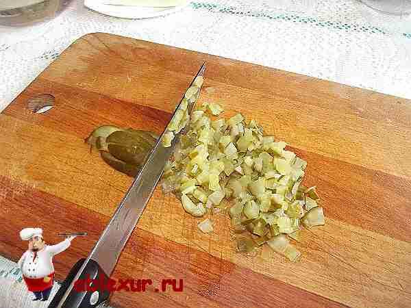 мелко нарезанный маринованный огурец для супа