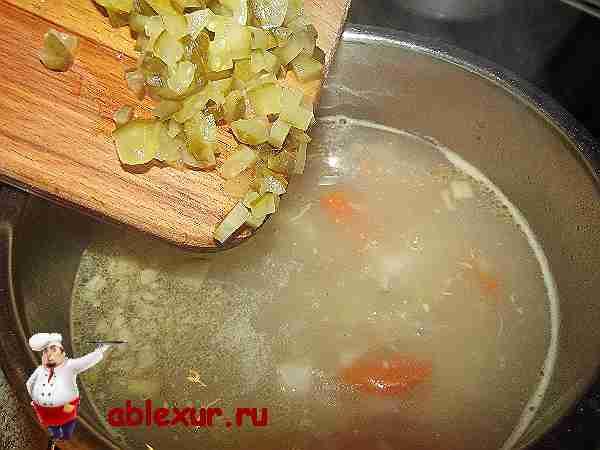 кладу в суп с плавленным сыром маринованный огурец