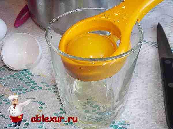 отделяю желток от белка при помощи специального приспособления