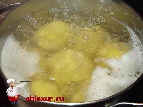 отвариваю целиком почищенный картофель