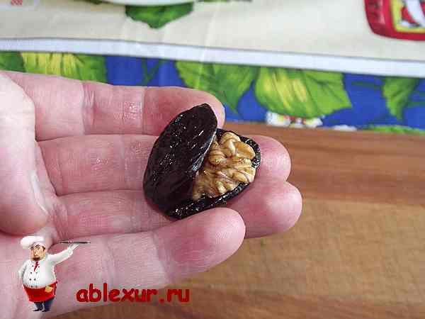 разрезать чернослив и положить в него грецкий орех