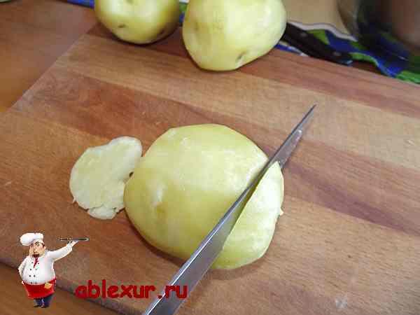обрезаю верхушки картофеля с обеих сторон