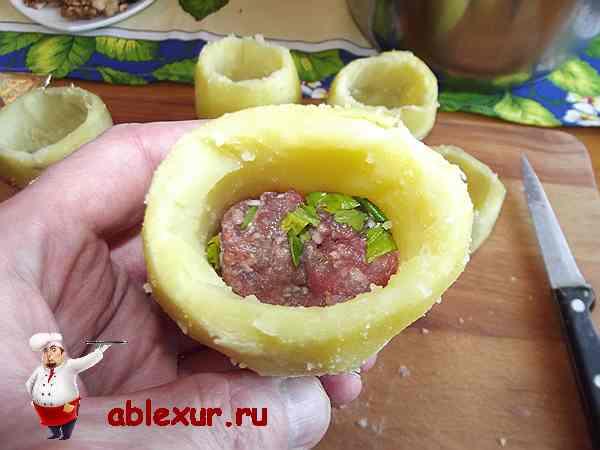 положить в картофель немного мясного фарша