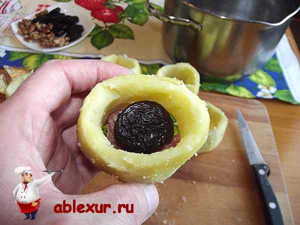 кладу чернослив на мясной фарш уложенный в картошку