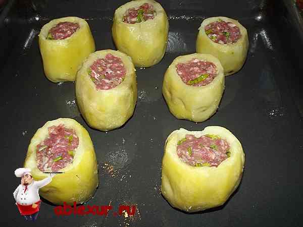 картофель на противне подготовленный к запеканию