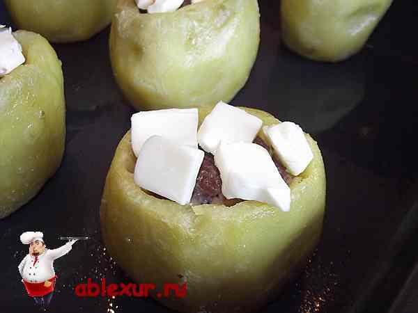 кубики плавленного сыра на фаршированном картофеле
