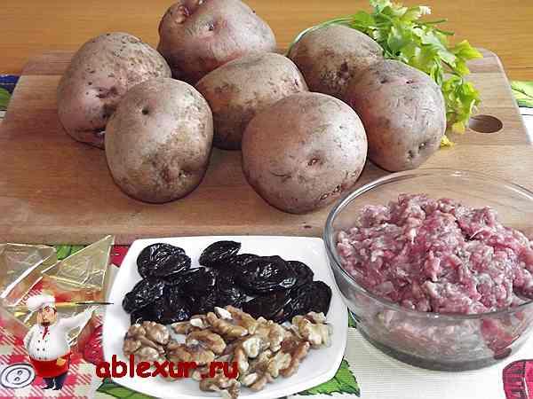 картофель, мясной фарш, чернослив подготовленные для блюда