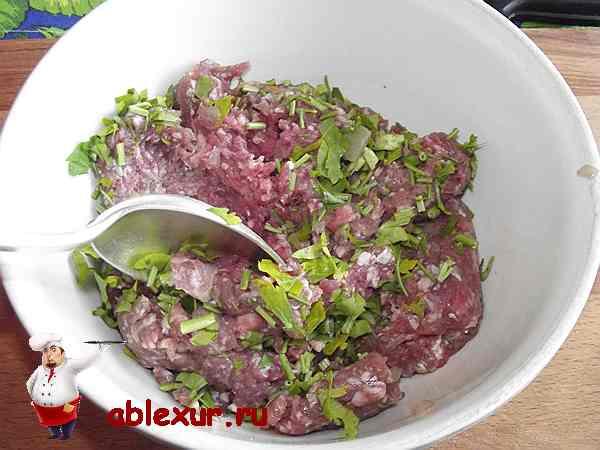перемешиваю мясной фарш с рубленной петрушкой, яйцом и луком