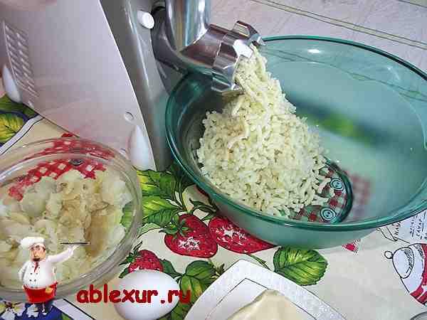 пропустить картофель с луком через мясорубку