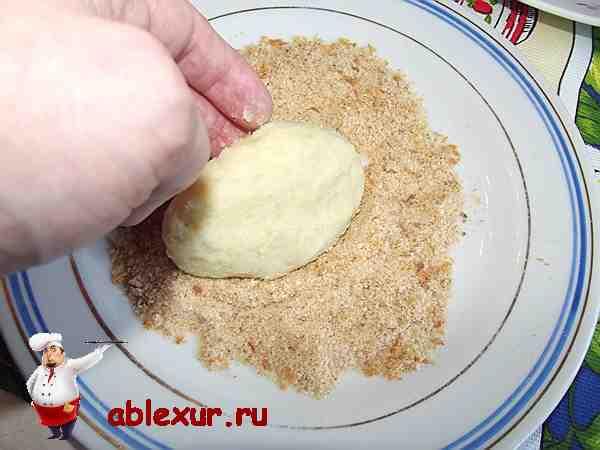 котлеты из картошки обвалять в сухарях