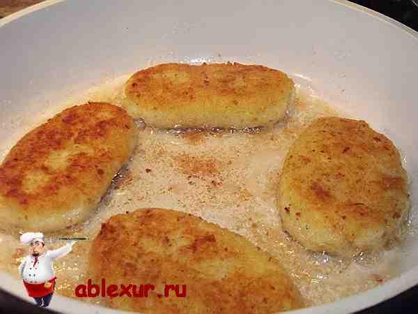 котлеты из картошки жарятся на сковородке