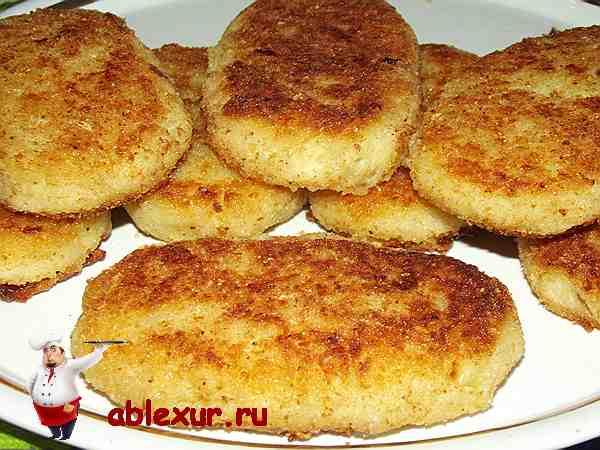 жаренные картофельные котлеты на блюде