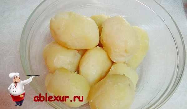 очищенный от кожуры картофель для оладий